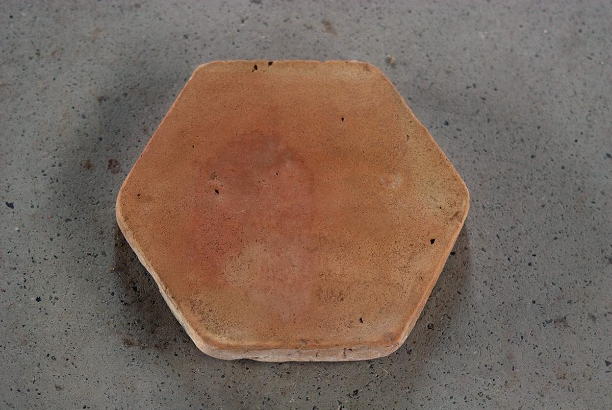 Pavimento de baldosas hexagonales de barro cocido mediterr nea espacios nazar es - Baldosas hexagonales ...