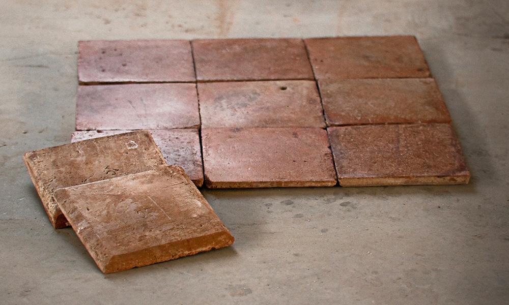 Soler a antigua de losetas de barro cocido biseladas y - Como limpiar suelos de barro ...